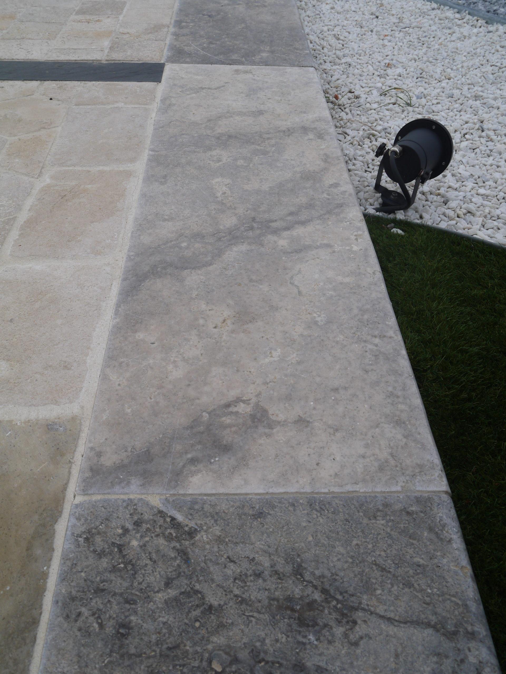 Margelle de piscine en pierre naturelle travertin