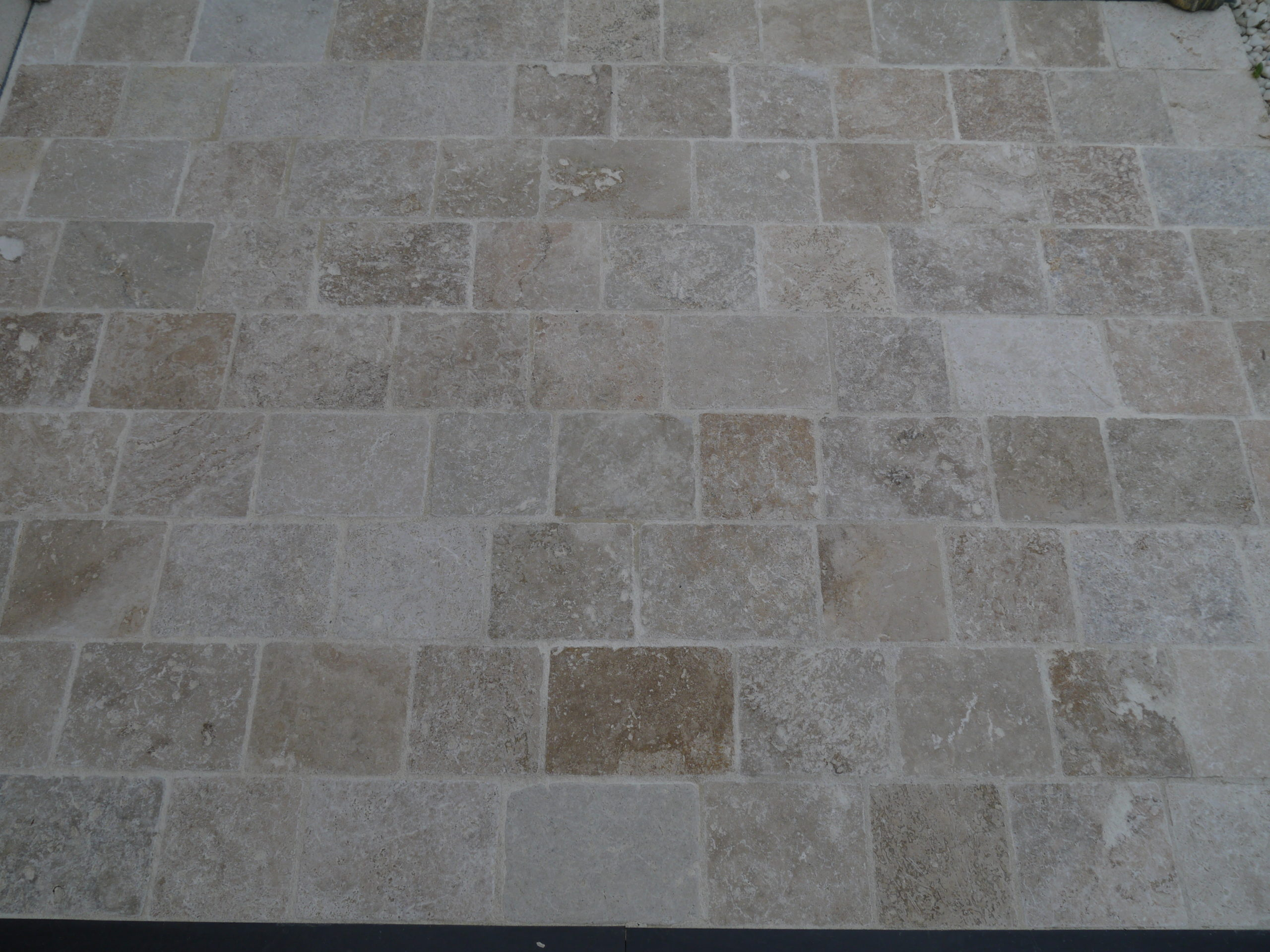 Pavé en pierre naturelle travertin beige